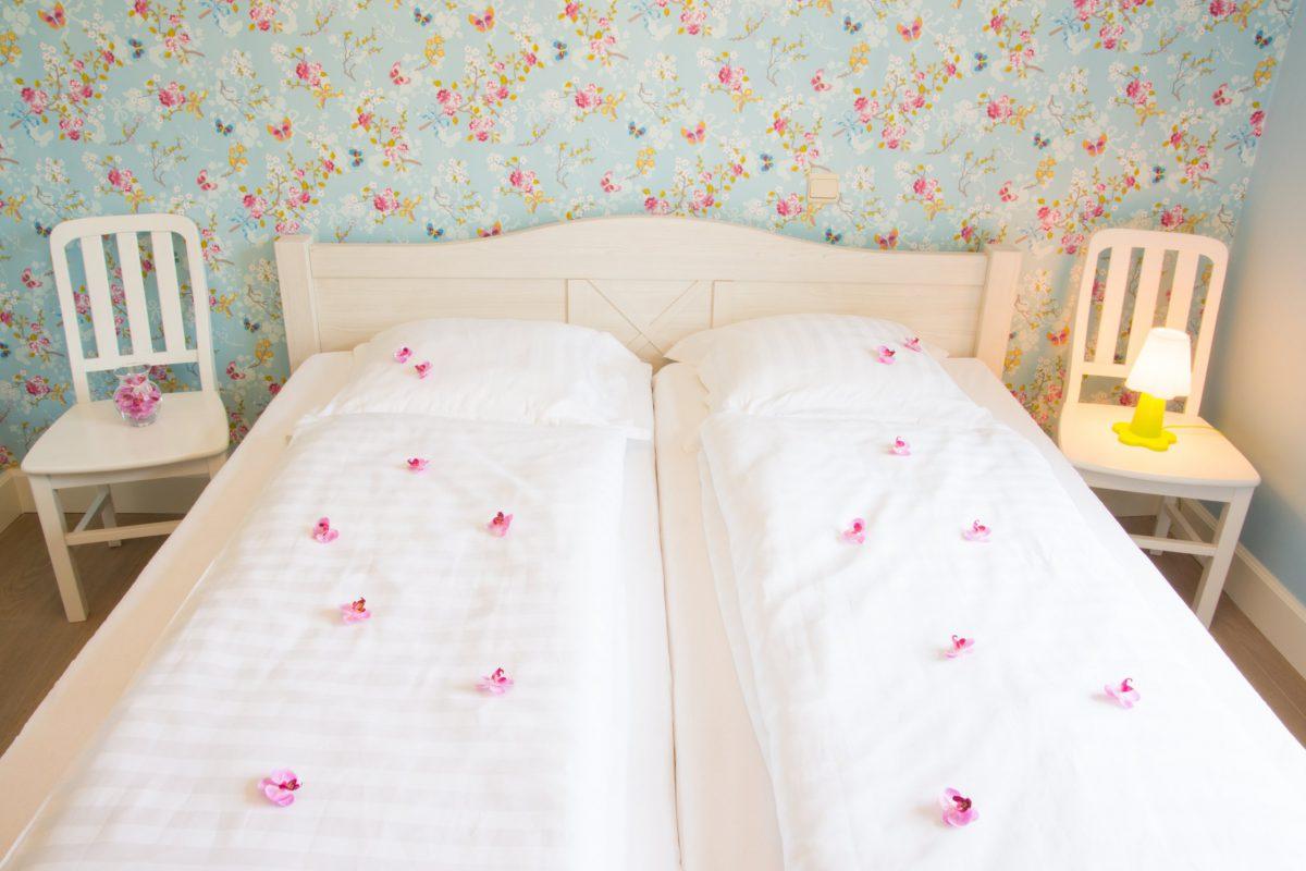 Hof der Heerlijckheid - slaapkamer 1 bed en stoelen