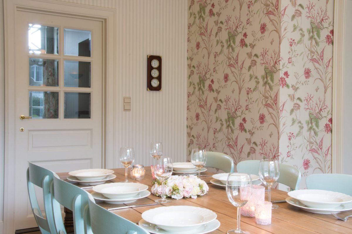 Hof der Heerlijckheid - woonkamer eettafel en deur